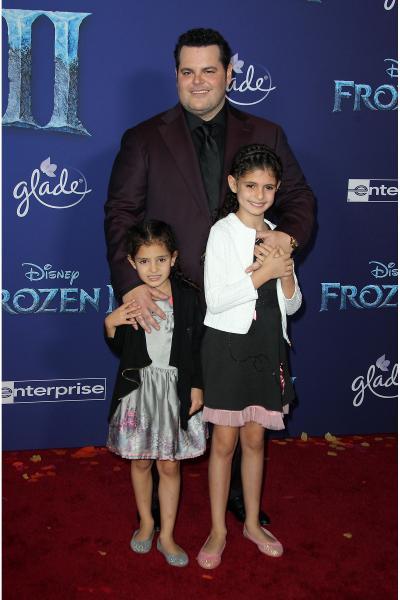 josh gad daughters ava gad isabella gad frozen ii 2019 400x600 - Selena Gomez arrives at Disney's 'Frozen II' World Premiere